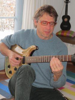 Foto von Philip Wipfler an der E-Gitarre