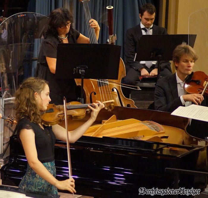 Julia Schuster an der Geige mit den Bad Reichenhaller Philharmonikern.
